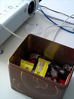 049「会議室には甘いモノを入れた缶を用意する」